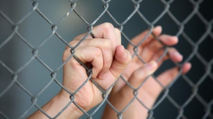 woman-hand-in-prisonFI