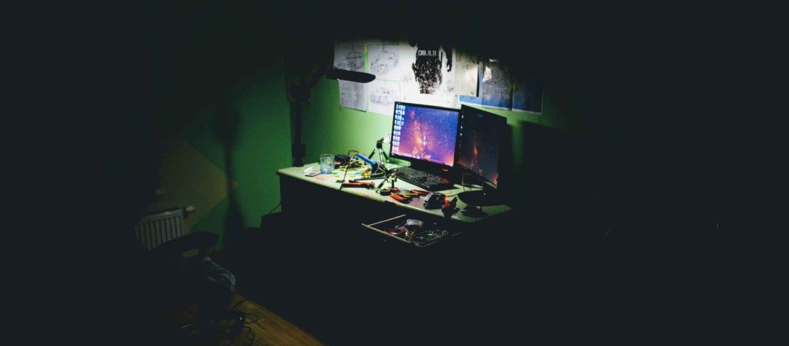computer-in-shadow-FI